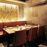 落ち着いた雰囲気のお部屋でゆったりとお食事。4~6名掛け個室