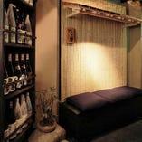 入口は竹のオブジェと【竹の庵】の表札、無数の焼酎のディスプレイがお客様をお迎えいたします。