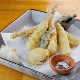 【天ぷら】食材の旨味を閉じ込め、外をカラッと揚げています。