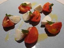 水牛100%モッツァレラチーズとフルーツトマトのカプレーゼ