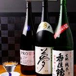 〈日本酒〉 全国各地の地酒を常時約20種類置いています