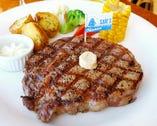 上質の柔らかステーキが味わえる。ディナーは全てフルコース。