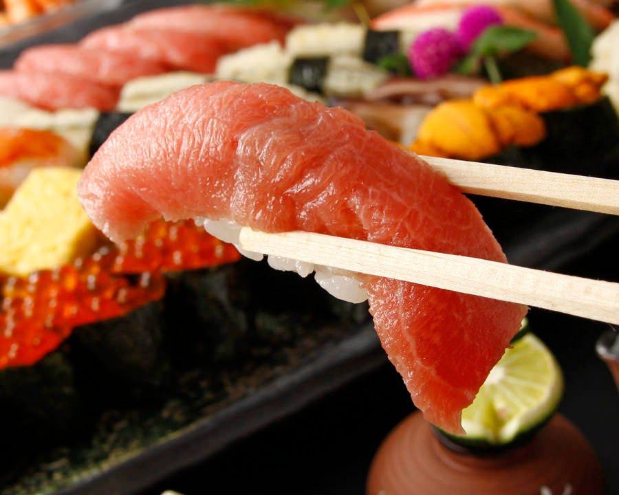 寿司職人が握る彩り寿司とお好みの一杯と共にお愉しみください