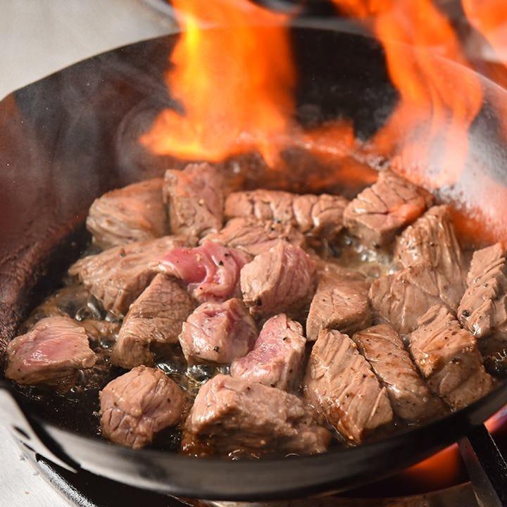 希少部位が味わえる極上サイコロステーキは2種のタレをご用意!