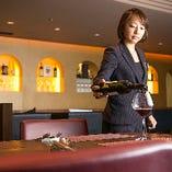 ワイン好きの方が集う際には、各お料理に合わせてソムリエがおすすめワインをお持ちする『アッビナメントコース』や『マリアージュコース』がおすすめ