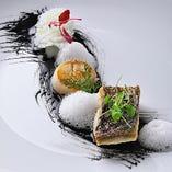 《メイン/魚料理》魚介のアッロースト レモンヴィネガーの泡と ~ 黒と白のコントラストで荒々しさを ~