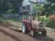 トラクターで自家農園を開墾するシェフ