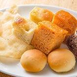 自然栽培の小麦粉を使用した天然酵母のパンの盛り合わせ