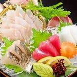 焼津、御前崎、用宗など、今日も港から直接仕入れた鮮魚!!お造りはもちろん特製味噌のなめろうも人気です!!
