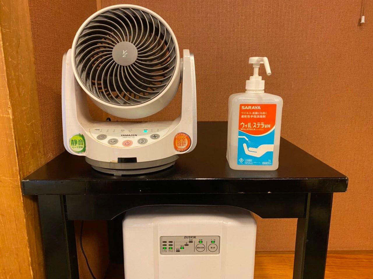 各お部屋には消毒液、サーキュレーター設置しております。
