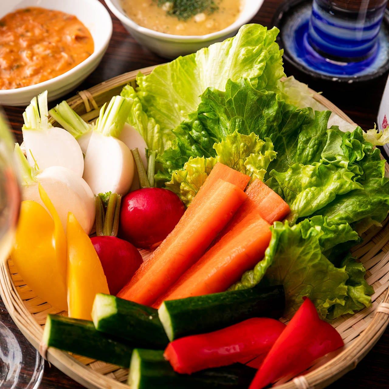 旬の地野菜のざる盛バーニャカウダーソースと特製味噌ディップで