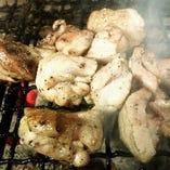 九州の特に宮崎県では鶏もも肉を炭火の網の上で転がしながら炙り焼きにします。香ばしくてジューシーです。