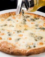 蜂蜜で食べる4種のチーズピザ