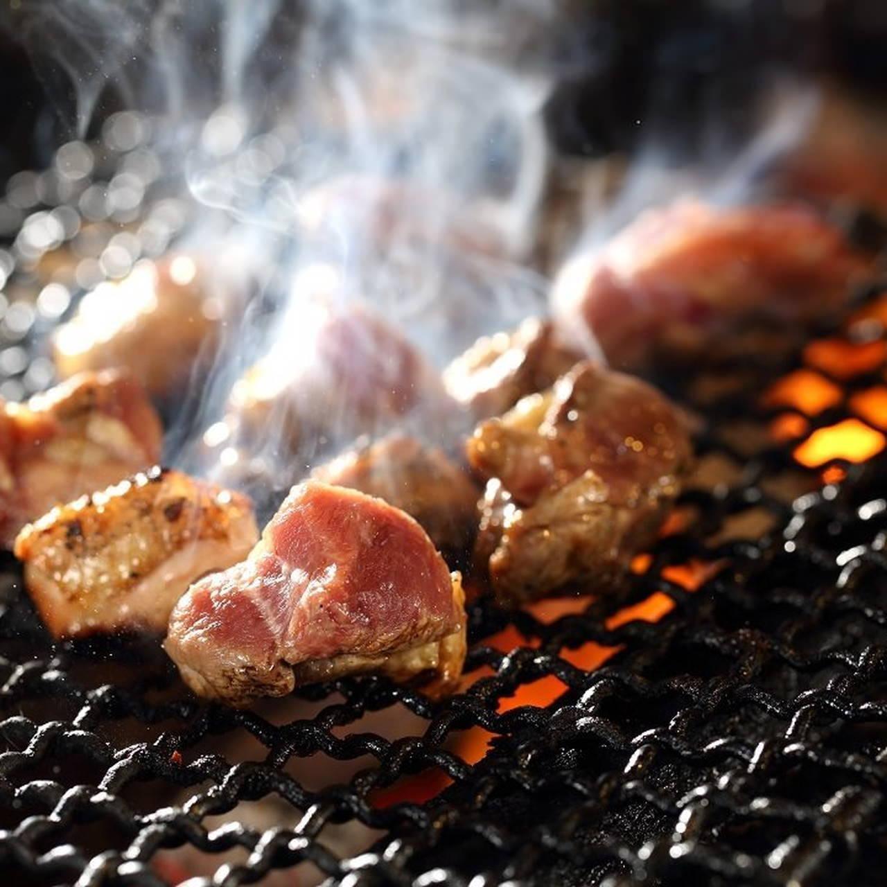 旨味を閉じ込め香ばしく焼き上げた自慢の地頭鶏料理をご堪能あれ
