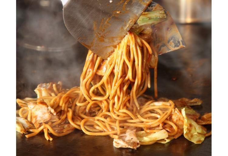 太麺を使用しソースも5種ブレンドした豚焼きそば