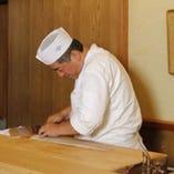 お客様の目の前で料理人が腕を揮います。