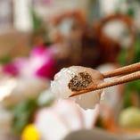 ◆雅邸おすすめ(名物料理)はやっぱり【伊勢海老活け造り】!! ご来店のほとんどのお客様にご注文いただく自慢の逸品。抜群の鮮度ならではの未体験のぷりぷり食感や口の中でとけるように広がる甘みと旨みを、存分に楽しんでいただけます♪さばきたてなので、お客様のテーブルで動くこともしばしば…大変盛り上がりますよ。
