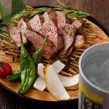 ◆海に囲まれた自然豊かな環境、潮風をあびた草を餌として育った黒毛和牛は本当に美味しい! たなか畜産A5のお肉は食材本来の味わいを味わっていただけるよう、シンプルな調理でご提供しています。例えば[和牛の綱焼き]は、ほぼ塩胡椒のみで『お肉自体の味が抜群だね』と大好評♪豪快に楽しめる他お肉との盛合せも◎です。