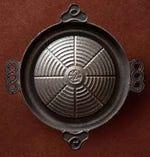 煮る・焼くを同時にできることにこだわり、改良を重ねた鍋は、岩手県南部鉄の老舗『岩鋳』の特注品です。鉄分も補給できる南部鉄は保温性が高く、全体に安定した熱を伝えながらムラ無く色よく焼きあがり、極上の状態で食材を堪能できる優れもの。この鉄鍋はマツオの商標登録となっています。