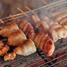 炭火でジューシーな焼鶏を焼いてます