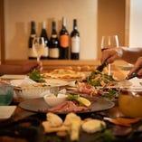 種類豊富なコース料理やアラカルト料理が堪能できます。