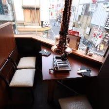 窓際のカウンター席は雰囲気抜群!