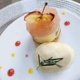 スペシャルデザート -紅玉りんごのマスカルポーネムース バニラアイス添え-