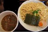 氷水でしめた自家製太麺を、魚介のきいた濃厚つけだれで食べて