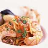 たっぷりの魚介類をトマトソースで和えたスパゲッティ