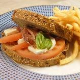 濃厚モッツアレラチーズとアンチョビのライ麦パンサンドウィッチ