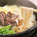 〆は岐阜県産のきしめんをどうぞ。非常にコシがあり、出汁に残った濃厚な肉汁と合わさって、絶品の味わいに仕上がります。
