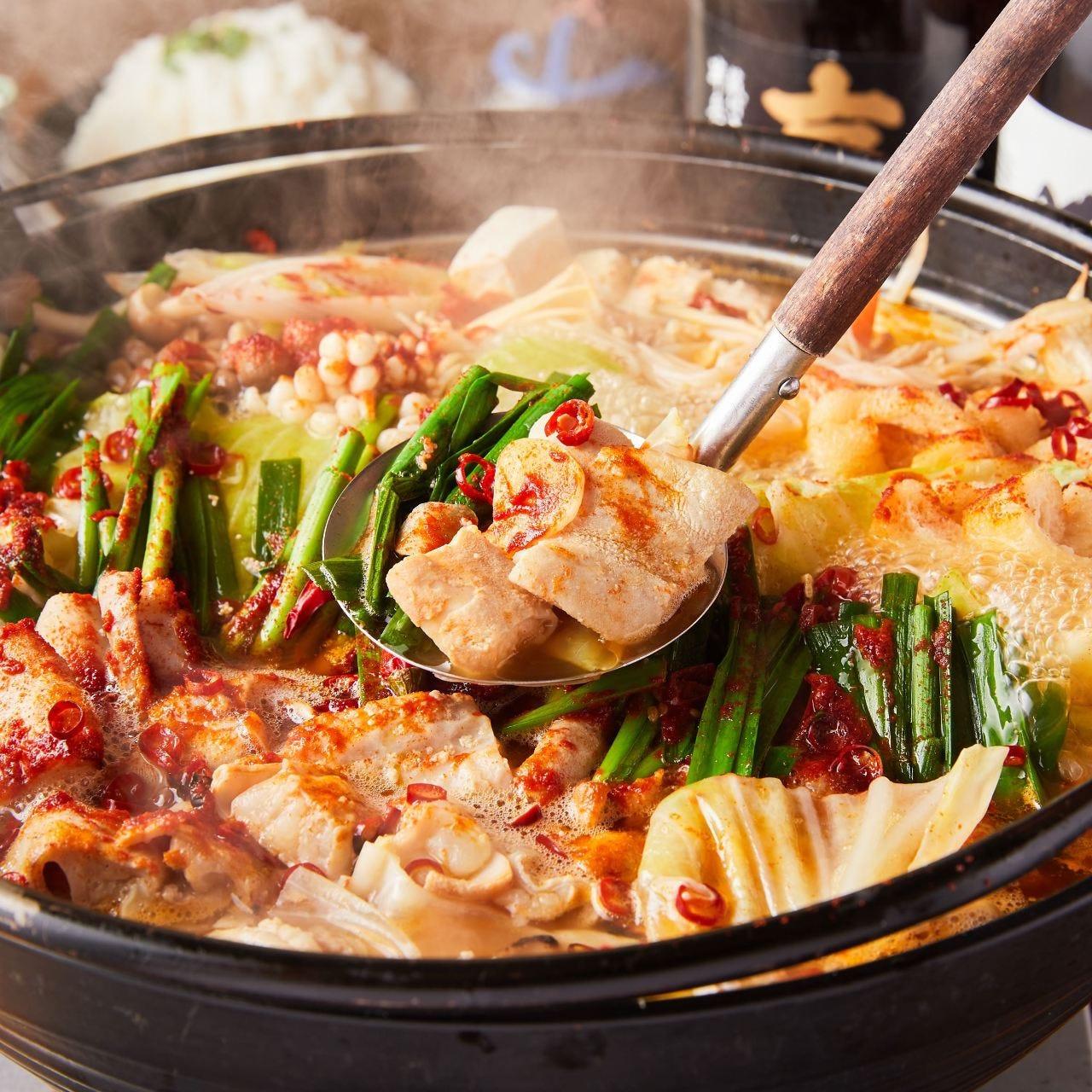 赤くて辛い「しびれもつ鍋」はもつ尽くしコースで選択可能!