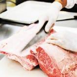 肉のプロフェッショナルを目指して 契約農家に足を運び、肥育から屠場・加工まで肉の研修を経たスタッフが納得したものしか販売いたしません。 味への妥協を怠ること無く、販売前の試食も欠かしません。