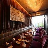 スワロフスキーのシャンデリアが輝く煌びやかな個室。大人気です