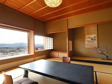 開放的な窓の外に、京都市街地を 望む絶景が広がる