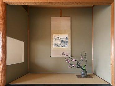 床の間の生け花、掛け軸、骨董… いずれも主人の拘りに溢れる