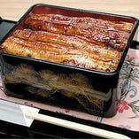 備長炭でパリッと焼いたうな重は絶品。