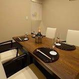 【1階|2~4名様/テーブル個室】プライベート感を満喫!お仲間だけでくつろげるお席