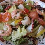 たっぷりの新鮮野菜と海の幸マリネのサラダ890円