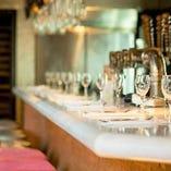 店内入口のバーカウンタースペース。気軽にワインが楽しめます。