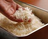 豚肉のベストパートナーのパン粉は、とんかつの味を左右する大事なものだ。パン粉のためだけに、長時間発酵させたパンを焼き、その後2日間熟成させて水分を飛ばすという行程をおこなう有名なパン粉メーカーのものを使用している。上質なパン粉は、食感だけでなく、油切れも良いので、サックリと、さっぱりと食べられる。