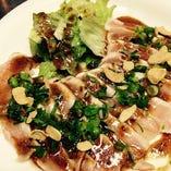 【1品目】朝挽鶏のタタキ ガーリックソース