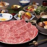 松阪牛や黒毛和牛のすき焼・しゃぶしゃぶをメインに、季節の前菜やお造りも楽しんでいただけるコース料理を多数ご用意しております