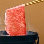 サシの美しさに定評のある松阪牛は、しゃぶしゃぶも絶品です。極上の舌触りとやわらかさをお楽しみください