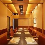 テーブル個室は、ご人数に合わせてレイアウトの変更が可能です。24名様までの大きなご宴席にも対応しております