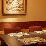 4室のテーブル個室は、落ち着いた和のスタイルの中にモダンな雰囲気を感じさせる空間です