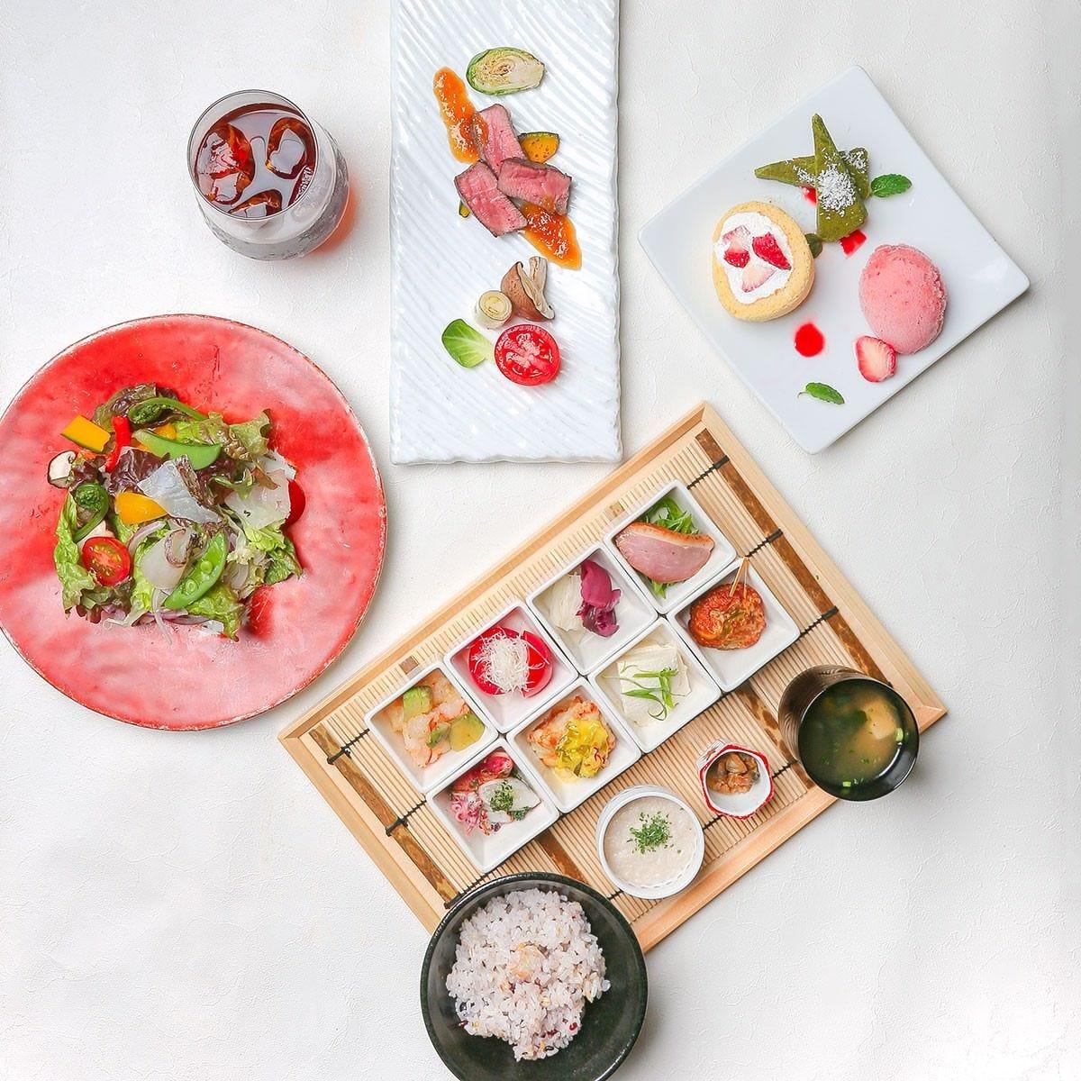 彩り10種惣菜と10種野菜のサラダランチ