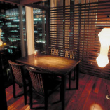 【プライベート個室】2~28名  プライベート感を重視したテーブル個室。中2階にあり、非日常的空間を楽しめます。 2~28名様 人数に合わせて完全個室にレイアウト可能 多目的にご利用頂けます。