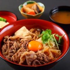 神戸牛すき焼き丼(小鉢、香の物、赤だし付)