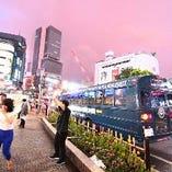 渋谷のスクランブル交差点にいる全ての人が注目するパーティバス